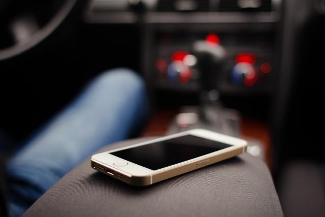 iphone-5s-gold-in-car-picjumbo-com
